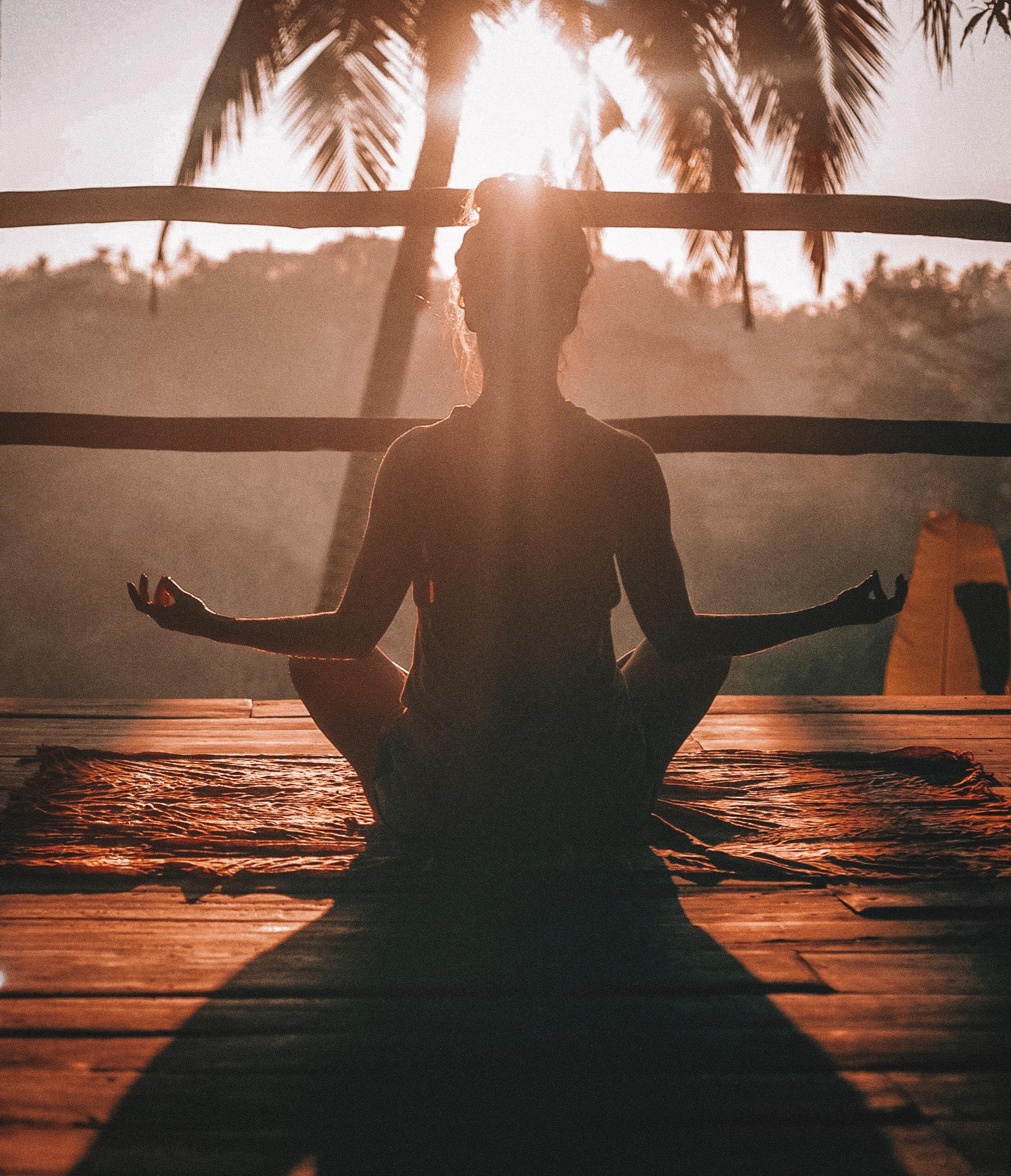 Pessoa praticando exercícios de relaxamento