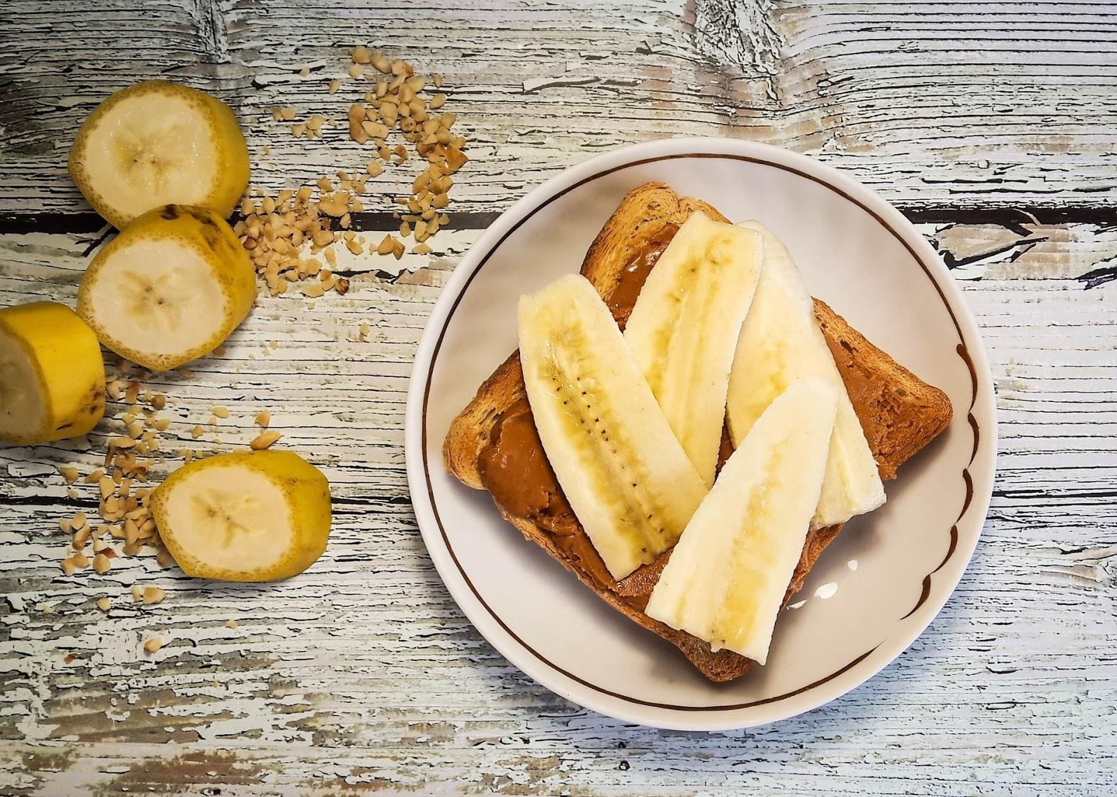 snacks saudáveis de banana com pasta de amendoim