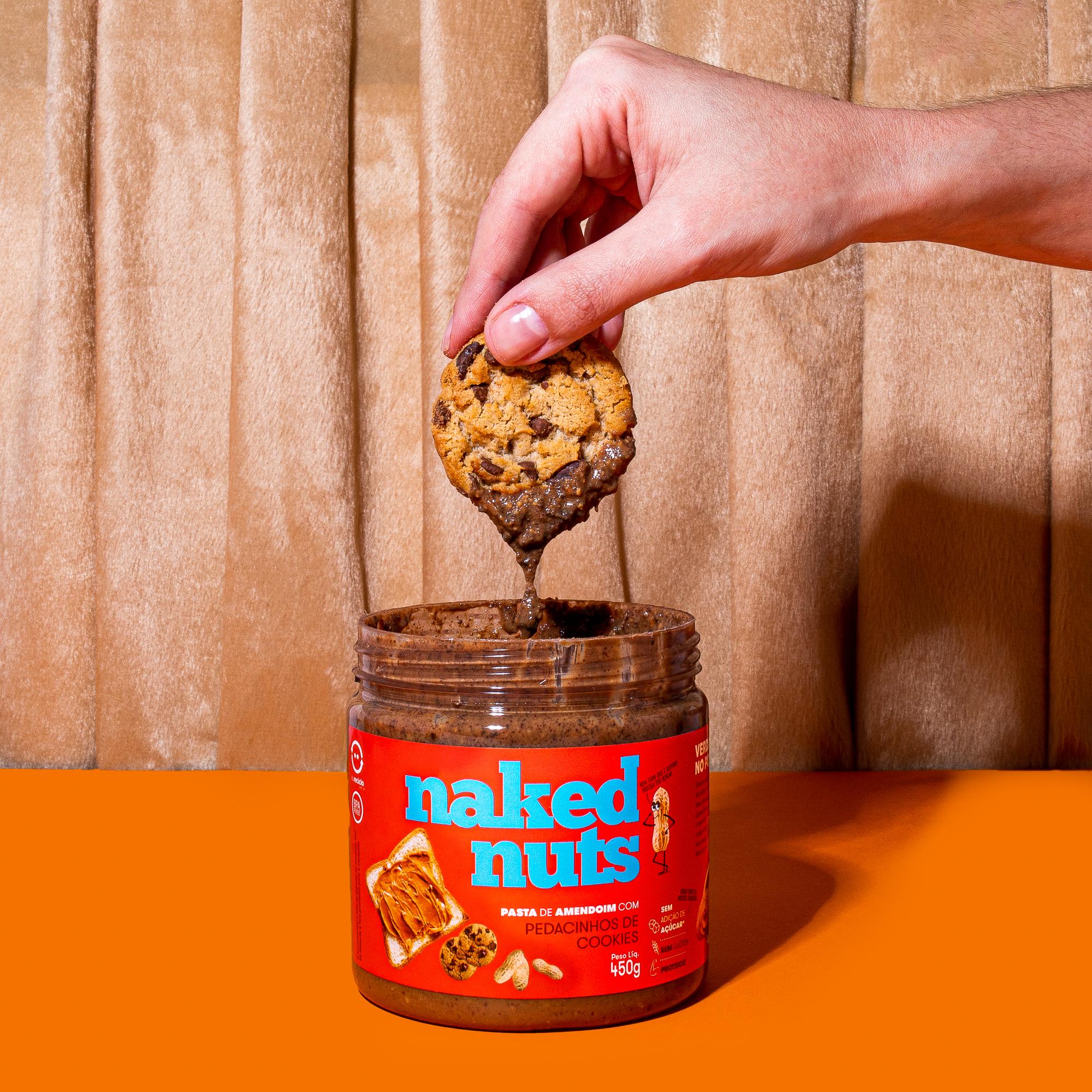 cookie sendo mergulhado na pasta de amendoim naked nuts