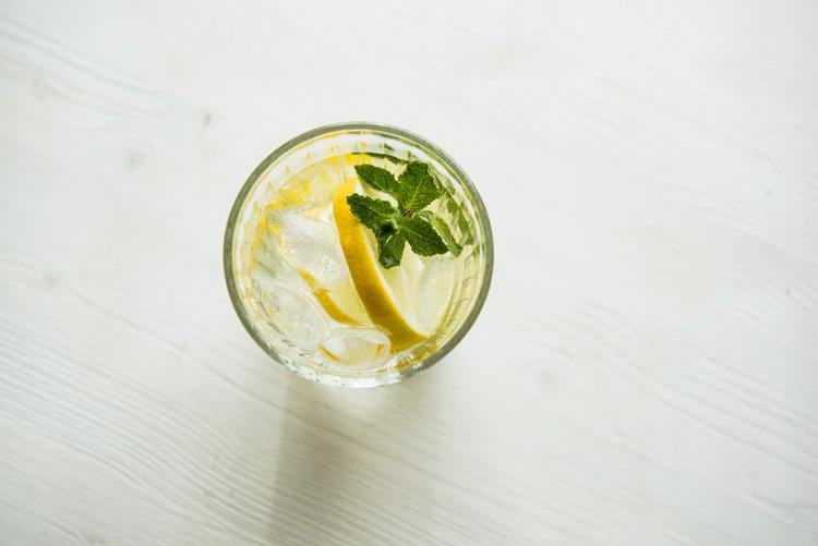 dicas de alimentacao saudavel copo de agua com limao