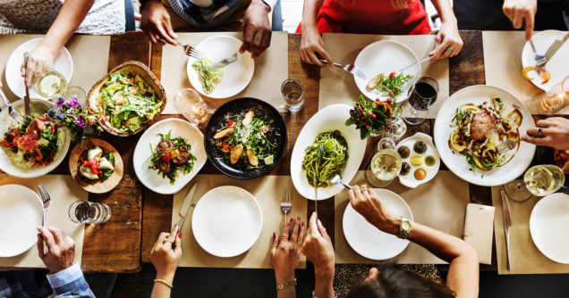 foodtech pessoas comendo na mesa