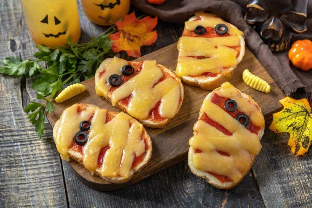 receitas de halloween mini pizza de mumia